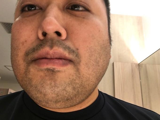 汚い髭の男性